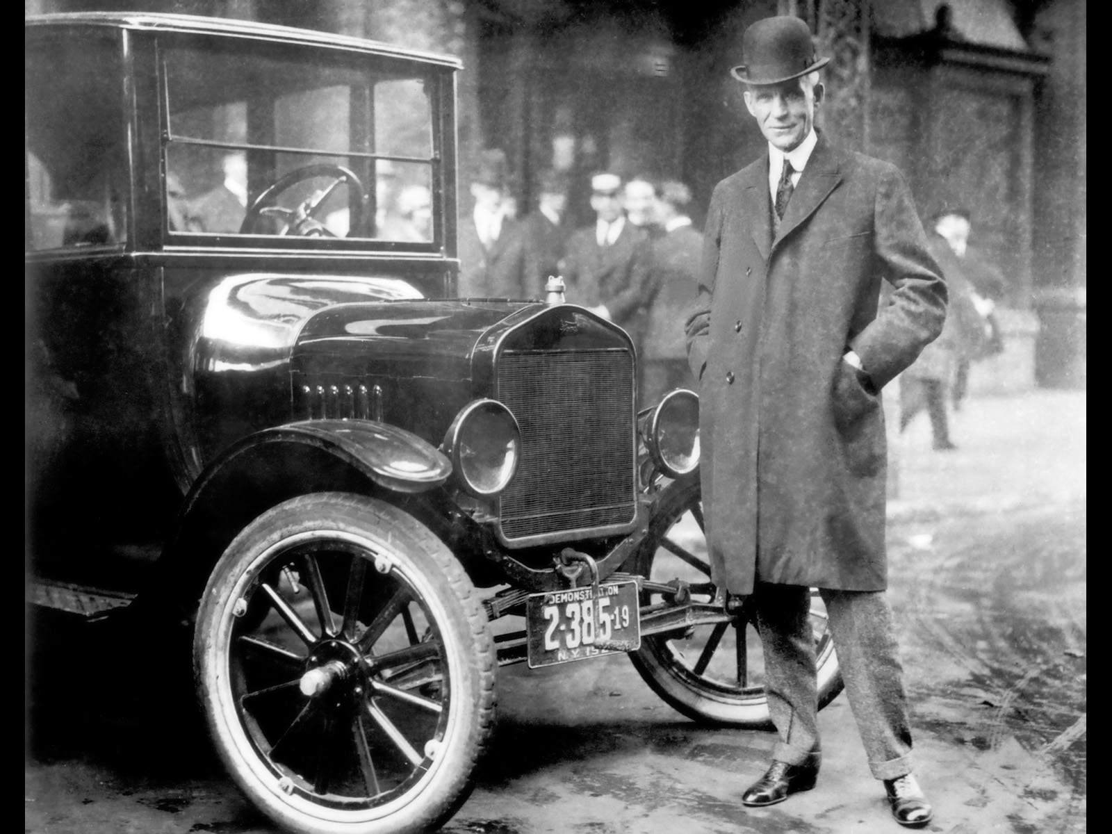 Henry Ford et la Ford T - image mise à disposition by By Ford Motor Company [Public domain], via Wikimedia Commons